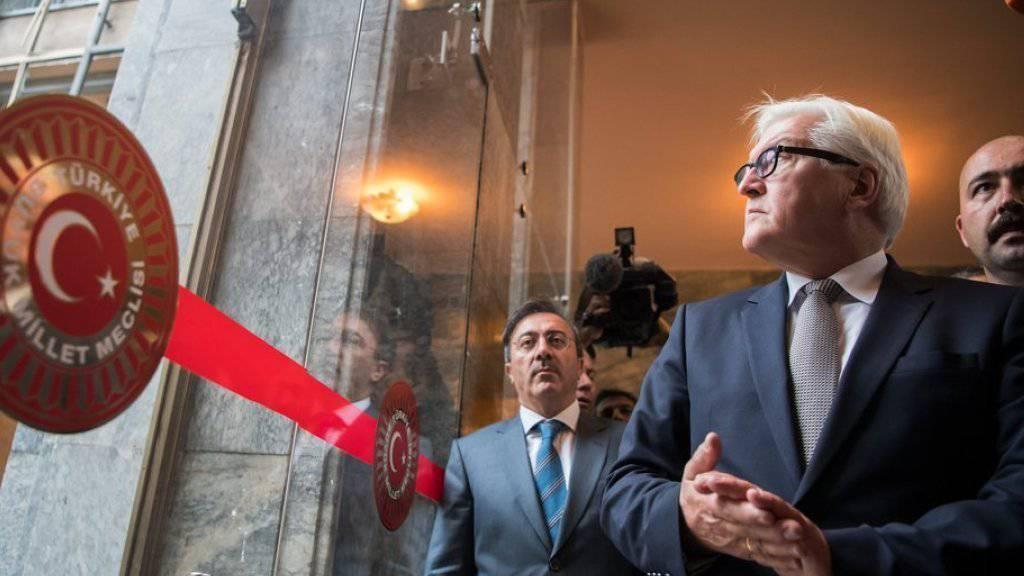 Frank-Walter Steinmeier (vorne) am Dienstag bei seinem Besuch des Parlaments in Ankara.