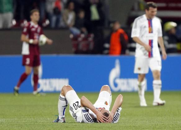 Aus und vorbei: Fabian Frei liegt am Boden, erschöpft, enttäusscht.