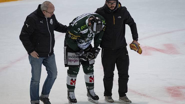 Der verletzte Stan Horanský wird vom Eis geführt.