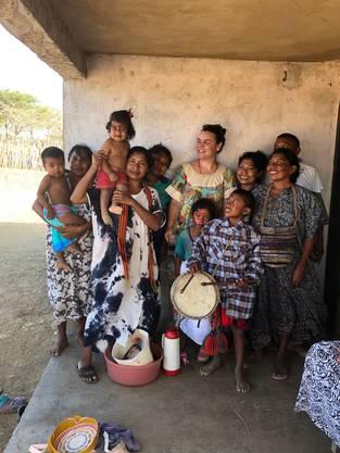 «Ihre Armut ist gross»: Katherine Klemenz mit Wayuu-Familien, die sie unterstützt.