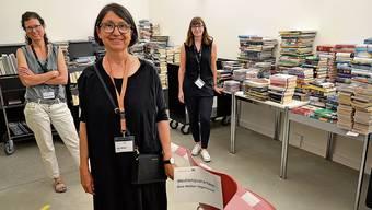 Im Buch-Quarantäneraum (v.l.): Beatrice Altorfer, Lilo Moser (Leiterin Stadtbibliothek), Vanessa Brogli.