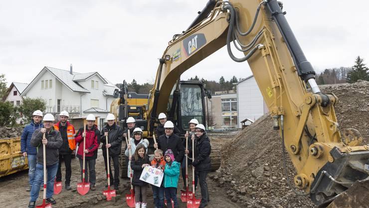 Vertreter und Primarschulkinder freuen sich, dass die Bauarbeiten beginnen.