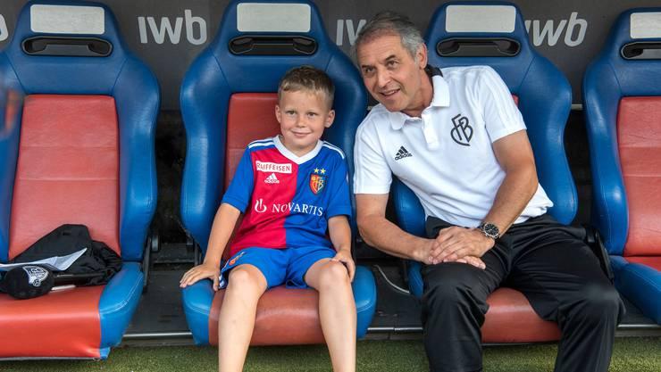 Eine seltene Gelegenheit: Posieren mit Marcel Koller auf der Trainerbank.