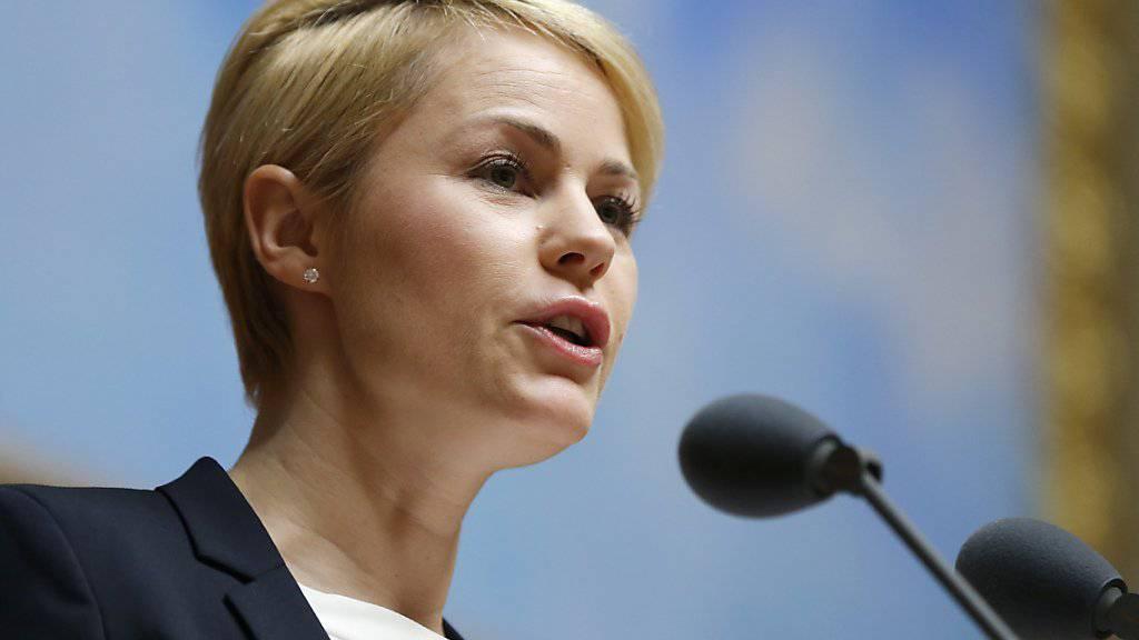 Die zuständige Nationalratskommission ist mit dem Service-public-Bericht des Bundesrates nicht zufrieden. Kommissionspräsidentin Natalie Rickli (SVP/ZH) hat die Forderungen der Kommission präsentiert. (Archiv).