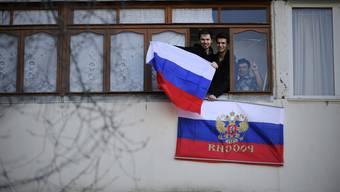 Sie wollen zu Russland gehören: Einwohner in Sewastopol hängen die russische Flagge aus dem Fenster.