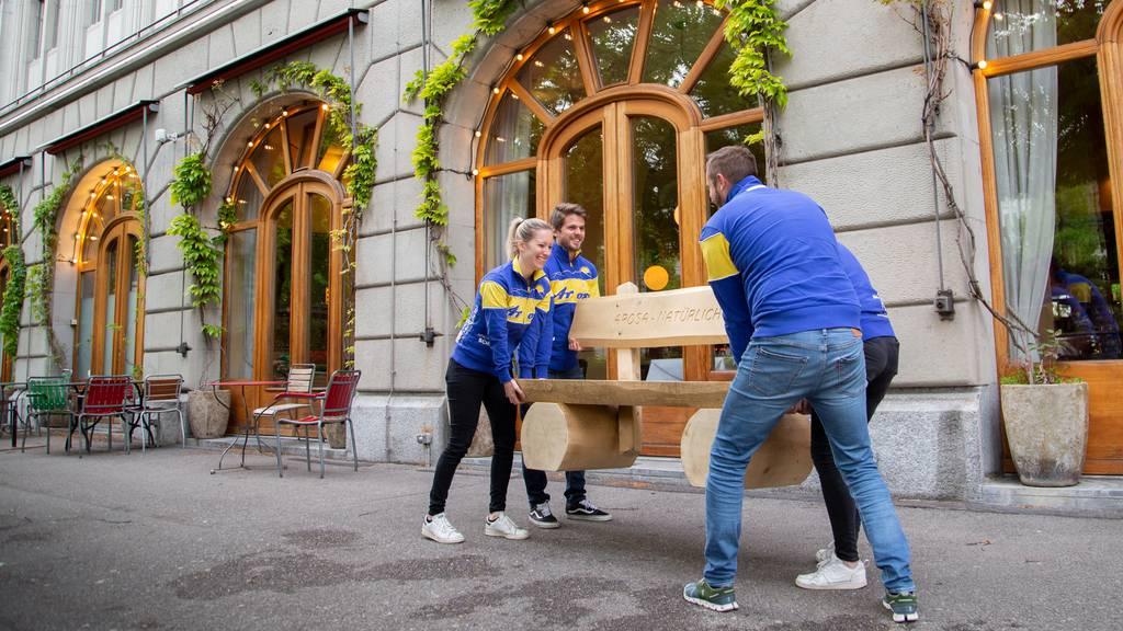 Arosa stellt Holzbänkli in Zürich auf – die Polizei hat was dagegen