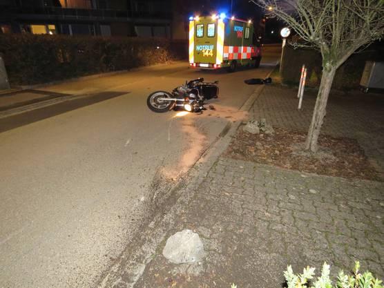Auf einer schmalen Quartierstrasse in Oftringen verlor ein Mann die Kontrolle über eine Suzuki und stürzte. Er wurde leicht verletzt, an der Maschine entstand Totalschaden. Er hatte die Maschine geliehen und besass keinen Führerausweis.
