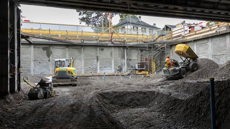 In der Baugrube für die neue Unterführung am Dietiker Bahnhof senken Filterbrunnen das Grundwasser zweieinhalb Meter ab, damit die Bauarbeiten durchgeführt werden können.