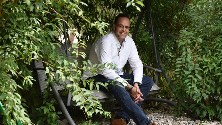«Weder rechts noch links, sondern vorwärts»: Christoph Collins in seinem Garten in Therwil.