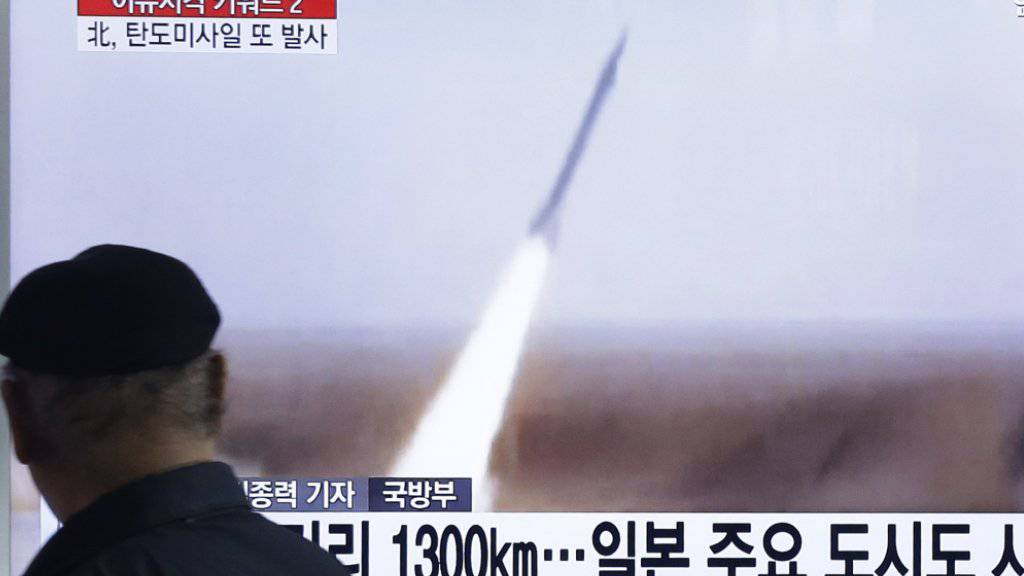 Das südkoreanische Fernsehen zeigt Aufnahmen eines Raketenstarts im Norden. Der UNO-Sicherheitsrat verurteilte den erneuten Raketentest Nordkoreas, der gegen UNO-Resolutionen verstösst.
