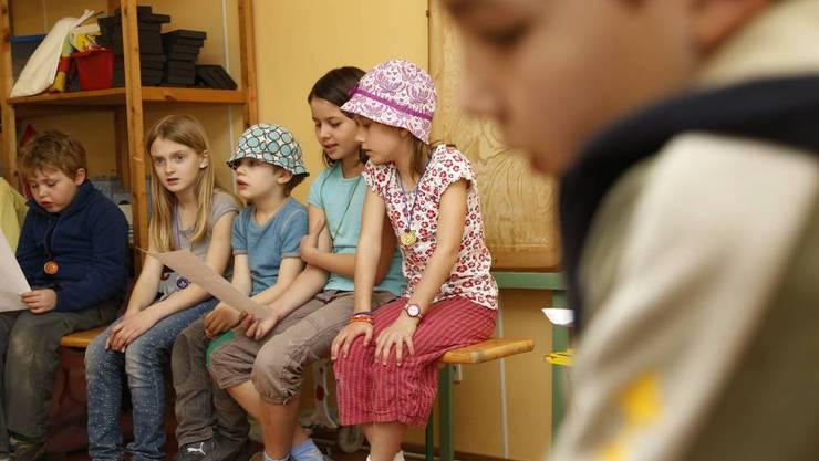 Zum Einstimmen singen die Kinder ein Lied