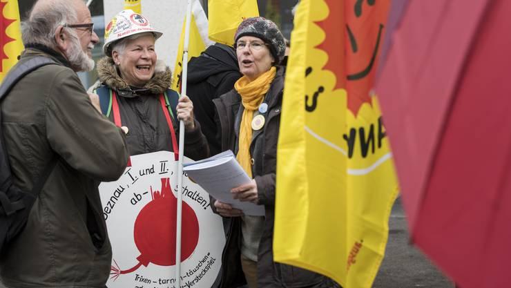 Atomenergie-Gegner demonstrieren am 6. März vor dem Ensi in Brugg.