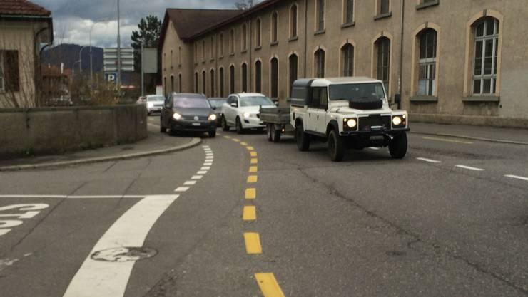 Ein Auto befährt das Trottoir der Rohrerstrasse um auf die rechte Spur vor der Ampel am Kreuzplatz zu gelangen.