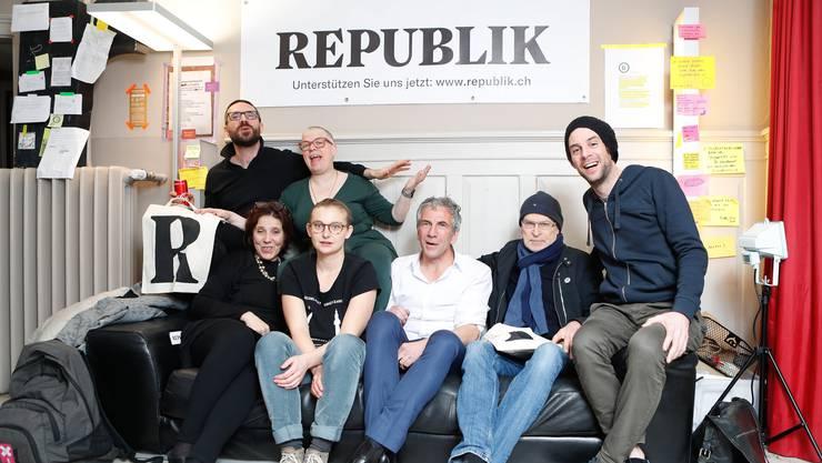 Die sieben Gründungsmitglieder des Onlinemagazins «Republik» bei einer Feier anlässlich der Lancierung der Website des Magazins, am Sonntag, 14. Januar 2018.