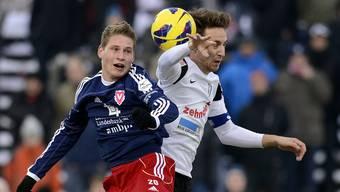 Nicolas Hasler (links, Vaduz) gegen Aarau-Captain Sandro Burki