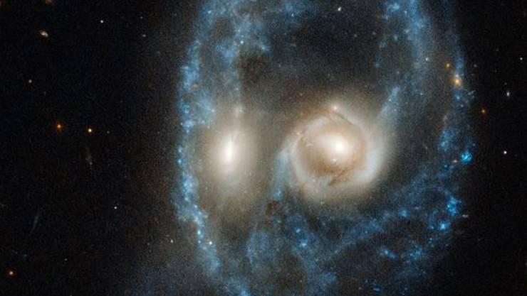 Zwei Galaxien, die kollidieren, bilden dieses kosmische Gesicht.