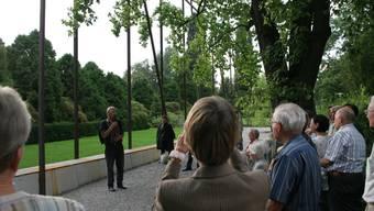 Bei einer Führung vor Ort wurden Sinn und Zweck der Skulptur erklärt.  (David Hunziker)