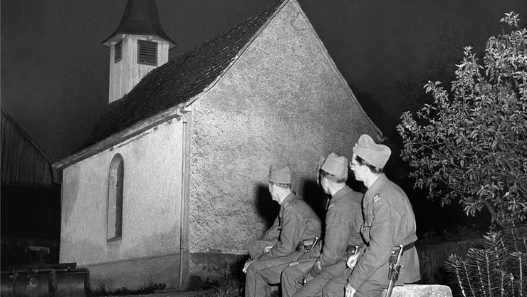 Soldaten lauschen am 8. Mai 1945 dem Glockengeläut anlässlich des Endes des 2. Weltkrieges in Europa.