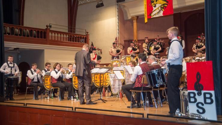 Gemeinsames Spiel der Brass Band und der Ambassador Pipes and Drums.