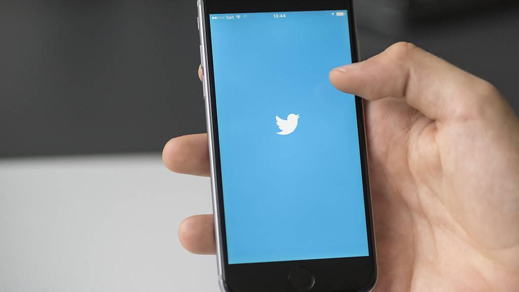 Der Kurznachrichtendienst Twitter nimmt das Häkchen zur Verifikation der Identität von Nutzern wieder auf. Unter anderem haben  Regierungsbehörden, Firmen und ihre Marken oder Organisationen verifizierte Accounts.(Archivbild)