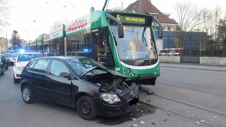 Allschwil BL, 28. Februar: Ein Autofahrer krachte in ein 6er-Tram. Beim Unfall wurde niemand verletzt.