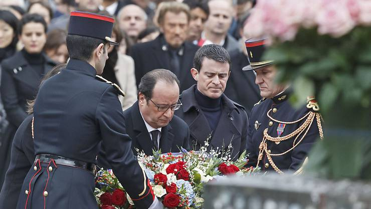 Frankreichs Präsident François Hollande (l.), Premier Manuel Valls legen bei der Gedenkfeier für die Anschlagsopfer von Paris einen Kranz nieder.