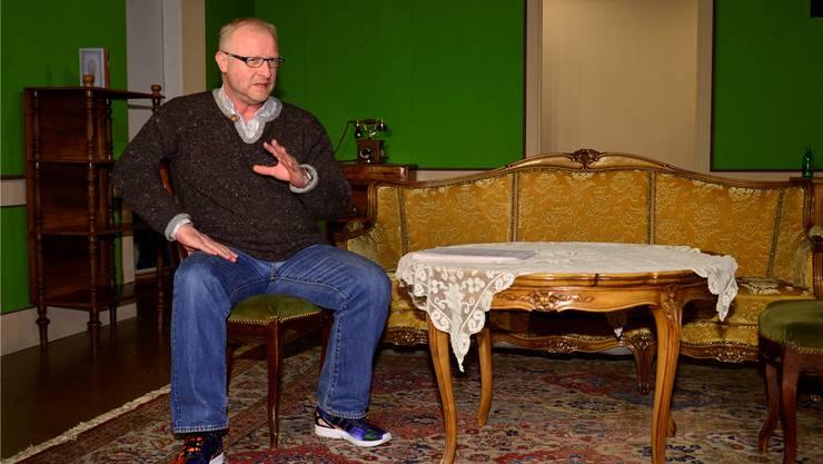 Alex Truffer, Geschäftsführer der Gesamtschule für Theater Grenchen, im aktuellen Bühnenbild der Schopfbühne.Oliver Menge