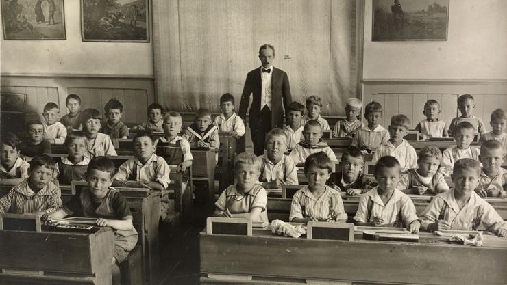 Ein Bild aus vergangenen Zeiten: Primarschüler sitzen in Reih und Glied. Heute wird auf Bewegung gesetzt.