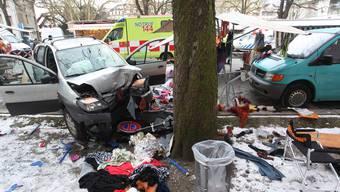 Unfall in Olten: Kleinbus knallt in Marktstand