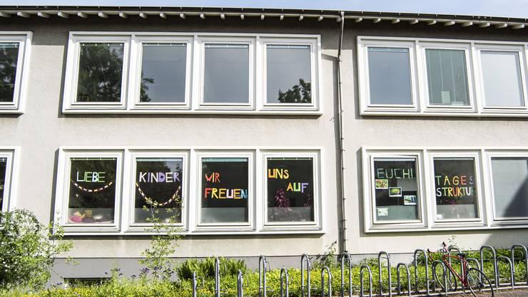 Nicht nur im Basler Gellert-Schulhaus freuen sich die Lehrer auf Montag. Doch es gibt in beiden Basel Unsicherheiten.