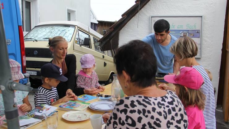 Impressionen von der Bachstube am Bach des Betreuungsteams Asyl in Effingen, wo jeden Mittwochmorgen Brot aus verschiedenen Ländern gebacken wird. Jamal (39) Rajab aus Syrien kümmert sich um das Wohl der Gäste.