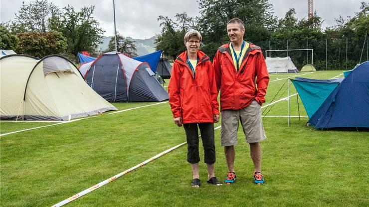 OK-Mitglied Ursula Lienhard und OK-Präsident Hansueli Bryner vor der temporären Zeltstadt auf dem Seenger Schulsportplatz.