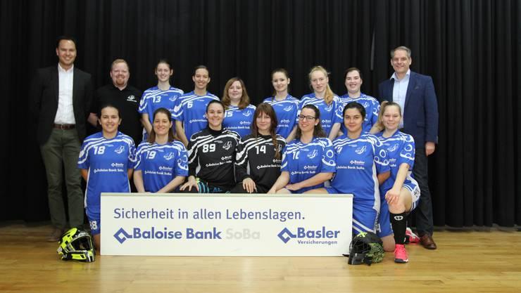Rainer König von der Baloise Bank SoBa in Lohn und Patrick Boillat von der Basler Versicherung mit dem Damenteam aus Lohn. Anlässlich der diesjährigen Heimrunde wurde das neue Wettkampfdress präsentiert.