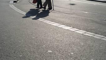 """Ein Sturz im Alter hat oft Einschränkungen der Bewegungsfreiheit zur Folge. Deshalb haben Pro Senectute und die Beratungsstelle für Unfallverhütung (bfu) die Kampagne """"sicher stehen - sicher gehen"""" lanciert (Symbolbild)"""