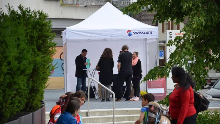 Vor dem Wüerizentrum in Birmensdorf können sich Dorfbewohner über den Stand der Reparaturarbeiten in der Telefonzentrale der Swisscom informieren.