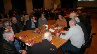 Gespräche im kleinen Rahmen mit den Kandidierenden. Das bot das Polit-Speed-Dating in Birmensdorf. An diesem Tisch nahmen die Stimmberechtigten Samuel Wenk von der Juso in die Zange.