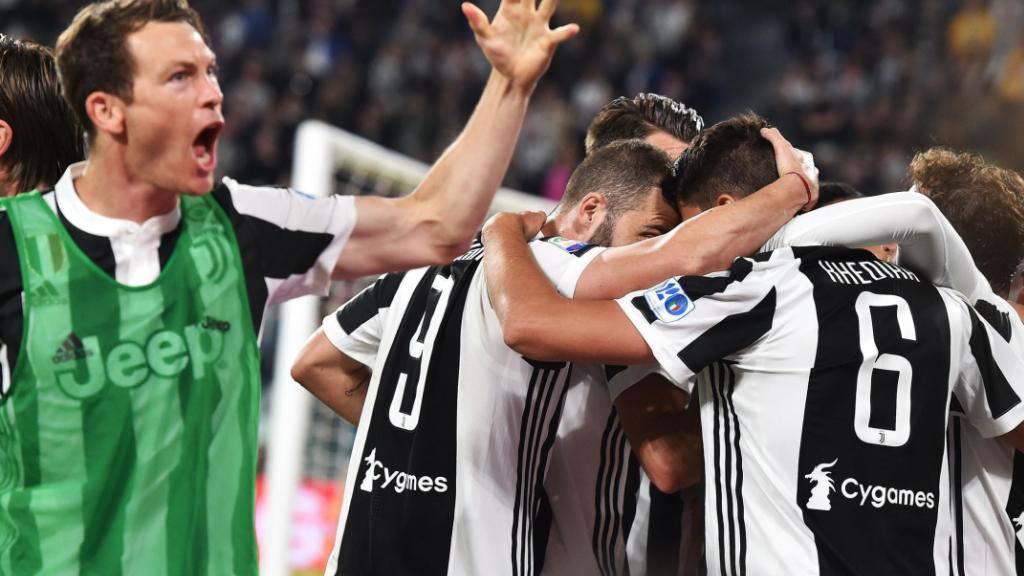 Verteidiger Stephan Lichtsteiner jubelt nach einem Treffer seines Juventus-Mitspielers Sami Khedira (Nummer 6)