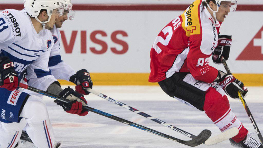 Gaëtan Haas (rechts) beschäftigt gleich zwei Franzosen. Beim 1:0-Sieg der Schweiz gegen den WM-Gastgeber schoss der Bieler Stürmer den einzigen Treffer