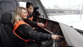 Zwei Lokführerinnen diskutieren über die Technik im Führerstand einer Re 460 der SBB.