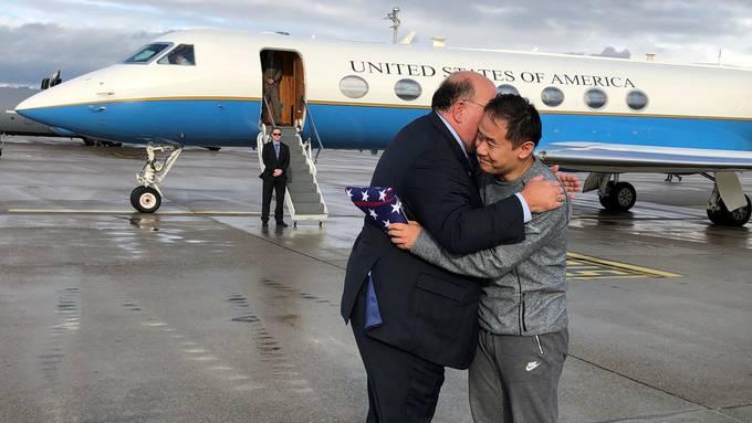 Ende einer Leidenszeit: US-Botschafter Edward McMullen umarmt am Flughafen in Zürich US-Bürger Xiyue Wang, der aus iranischer Haft freigekommen ist.
