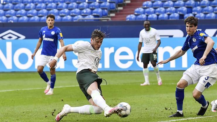 Ein typisches Bild in der Corona-Zeit: Wolfsburgs Wout Weghorst bringt das Auswärtsteam Wolfsburg im leeren Stadion von Schalke in Führung
