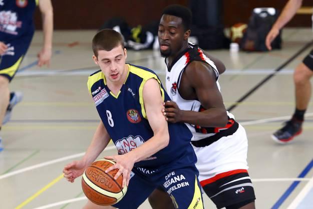 Nr.8  Marco Mangold vom CVJM Birsfelden behauptet den Ball.