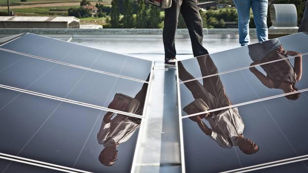 Strom nur noch aus Sonne, Wind und Wasser. Solaranlage bei Ferro-Wohlen.