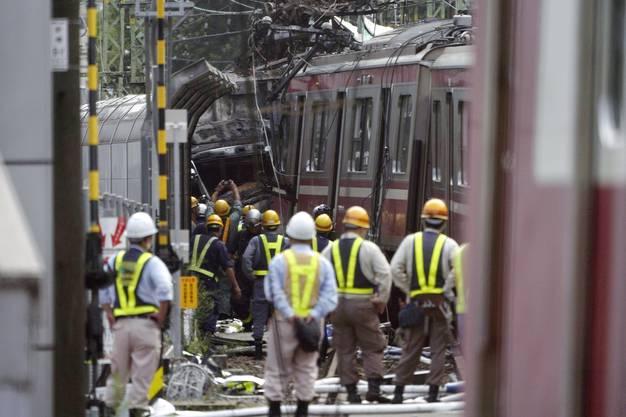 Weitere Bilder des Zugunglücks in Yokohama.
