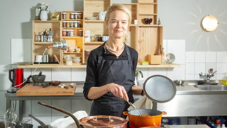 """Susanne Vögeli hat vor 24 Jahren die Aarauer Kochschule Cookuk gegründet, das """"Fülscher""""-Kochbuch neu aufgelegt und beschreitet nun neue Wege. An der Bahnhofstrasse 8 in Aarau hat sie den RAUM ACHT eröffnet, ein Koch-Experimentierstudio.Aufgenommen am 3. Oktober 2018 in Aarau."""