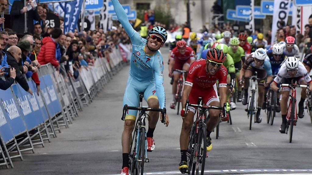 Der Spanier Luis Leon Sanchez vom Team Astana (links) setzt sich in der ersten Etappe der Baskenland-Rundfahrt im Sprint vor seinem Landsmann Daniel Navarro durch