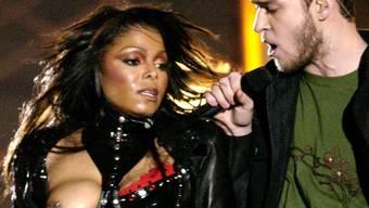 """Justin Timberlake (r) soll wieder den Pausenauftritt am Super Bowl bestreiten. Das ruft """"Nipplegate"""" in Erinnerung: 2004 bestritt Timberlake die Halbzeit-Pause zusammen mit Janet Jackson. Dabei riss er ihr """"unabsichtlich"""" das Korsett auf. Dank Nippelschmuck war Jackson vorbereitet."""