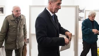 Seine Partei ist klarer Sieger: Andrej Babis, Finanzminister, Medienunternehmer, Milliardär und Chef der ANO-Bewegung bei der Stimmabgabe.