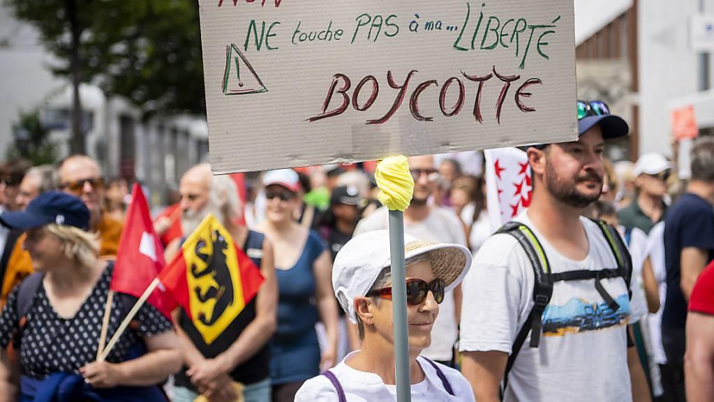 Rund 200 Teilnehmerinnen und Teilnehmer demonstrieren am Samstag in Brig gegen die Corona-Massnahmen.