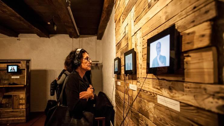 Die Videoinstallation ermöglicht einen intimen Einblick in das Leben der Befragten.